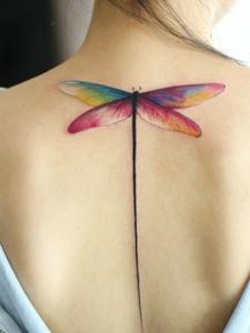 女生后背色彩迷人的蜻蜓纹身图案