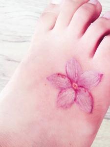 适合女生的一款脚背樱花纹身图案