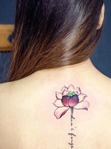 蓮花與英文一起的脊椎部紋身刺青