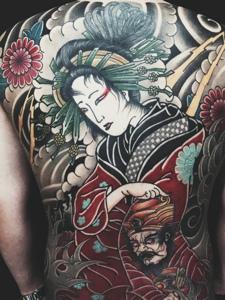 满背五颜六色日式花妓纹身图案