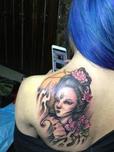 后背一小部分的彩色花妓纹身图案