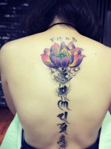 彩色蓮花與梵文結合的脊椎部紋身圖案