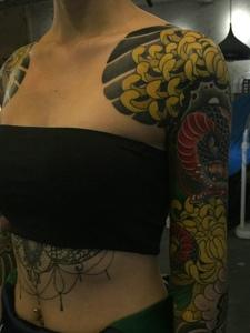 另類女孩雙半甲彩色圖騰紋身圖案