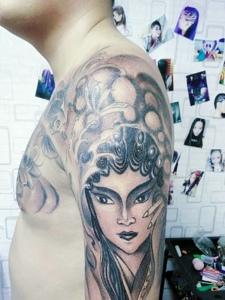 老传统精致的半甲花旦纹身图案