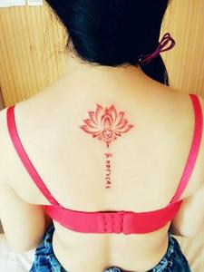 荷花与梵文几何的脊椎部纹身图案
