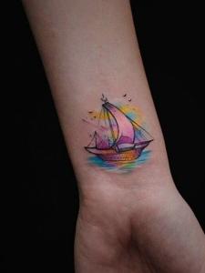 一款迷你水彩帆船纹身图案