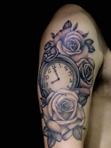 手臂欧美时钟与玫瑰一起的纹身图案