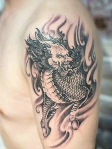 传统霸气的大臂麒麟纹身图案
