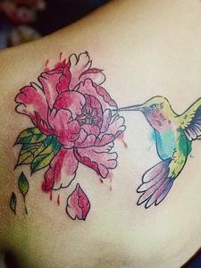 小燕子叼花的后背个性纹身图案
