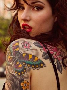 欧美女生肩膀与手臂彩色纹身图案