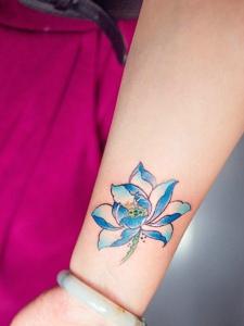 手臂彩色艳丽的荷花纹身图案