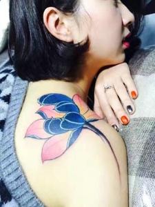 时尚女神香肩上的性感荷花纹身图案