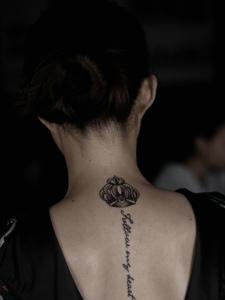 脊椎部小皇冠與英文一起的紋身圖案