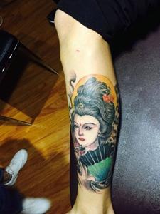 小腿处一枚彩色花妓纹身图案