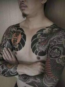 帅气十足的双半甲图腾纹身图案