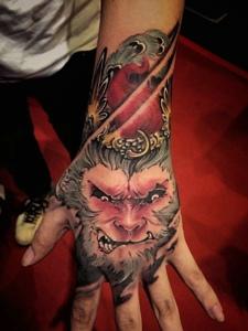 任性的彩色齐天大圣手背纹身图案