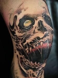 膝盖上的狂野骷髅纹身图案很惊人