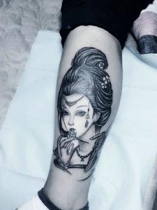 腿部上精美黑白花妓纹身图案