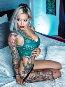 私房中的欧美女生满身纹身图案很妩媚