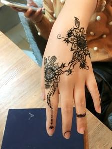 精致而美丽的手背时尚海娜纹身图案
