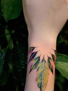 手臂一款綠葉紋身圖案很精美