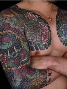 十分有魅力的双半甲彩色邪龙纹身图案