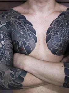 超级威武霸气的双半甲纹身图案