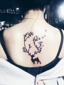 个性女孩后背好看的小鹿纹身图案