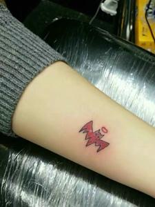 手臂一款超级迷你小图案纹身图片