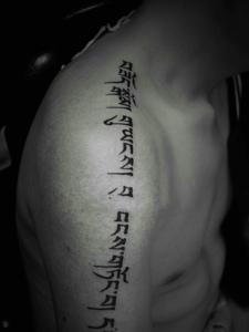 垂直下来的肩膀梵文纹身图案