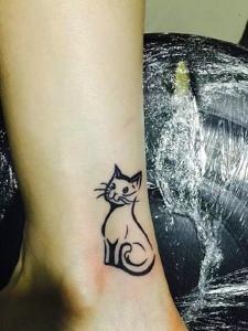 腿部一只超级可爱的小猫纹身图案