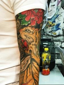 个性时尚的花臂老虎纹身图案