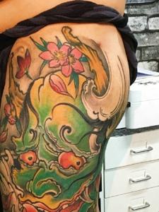 遮盖整个腿部的彩色般若纹身图案