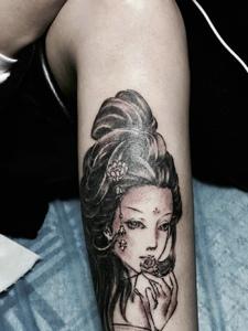 小腿处老传统精致花妓纹身图案
