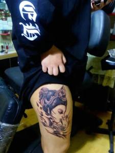 大腿外侧一枚精致的花妓纹身图案