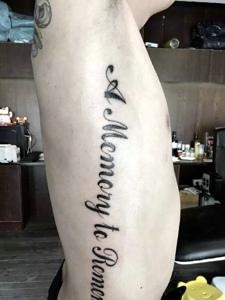 时尚男孩侧腰部花体英文纹身图案
