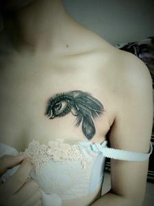 胸前迷你3d眼球纹身图案惊人无比