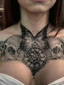 钟表与骷髅结合的胸前纹身图案