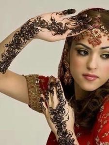 外国女孩时尚精美的花臂海娜纹身图案