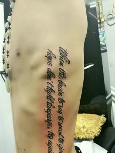 男士侧腰部有个性的英文纹身图案