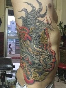 80后男士侧腰部霸气邪龙纹身图案