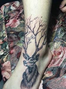 脚背上的可爱小鹿纹身图案