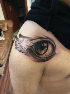 一款非常逼真的3d眼球纹身图案