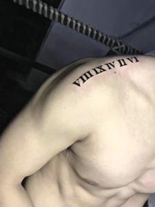 处在男士肩膀上的时尚罗马数字纹身图案