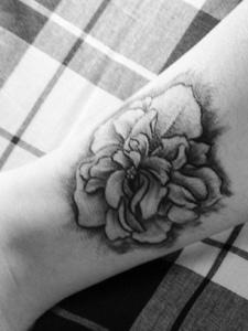 裸腳上的一朵黑白玫瑰紋身圖案