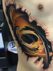 处在侧腰部彩色3d图腾纹身刺青