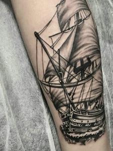 年轻派有活力的手臂帆船纹身图案
