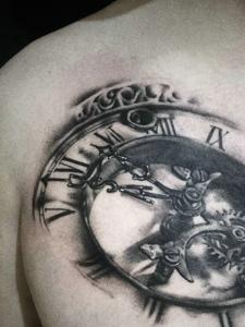 男士胸前一部分的指南针纹身图案