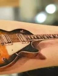 一组逼真的手臂吉他纹身