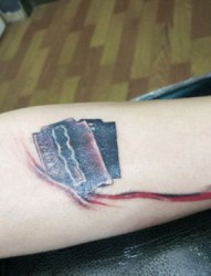 手部立體滴血刀片紋身